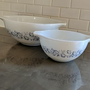 Pyrex mixing bowls. Some wear and scratching!